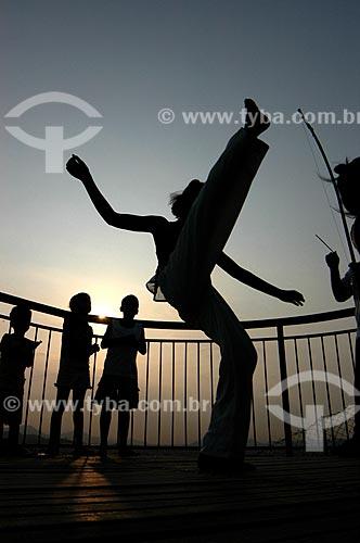 Assunto: Grupo formado por crianças jogando capoeira no alto do Morro da Providência / Local: Gamboa - Rio de Janeiro (RJ) - Brasil / Data: 10/2007