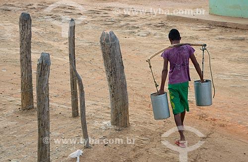 Assunto: Jovem do distrito de Riachinho transportando água em latas / Local: Verdejante - Pernambuco (PE) - Brasil / Data: 08/2012