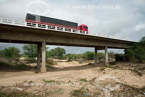 Assunto: Caminhão graneleiro passando na Ponte da BR-232 sobre o Rio Algodões seco por causa da longa estiagem no distrito de Algodôes / Local: Sertânia - Pernambuco (PE) - Brasil / Data: 08/2012