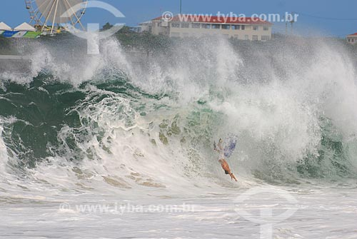 Assunto: Surfista mergulhando na Praia de Copacabana com o antigo Forte de Copacabana, atual Museu Histórico do Exército e Roda Rio 2016 ao fundo / Local: Copacabana - Rio de Janeiro (RJ) - Brasil / Data: 04/2009