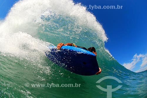 Assunto: Surfista em praia da Barra da Tijuca / Local: Barra da Tijuca - Rio de Janeiro (RJ) - Brasil / Data: 05/2008