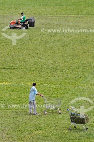 Assunto: Funcionários aparando a grama do Estádio Anísio Haddad (1968) - também conhecido como Rio Pretão / Local: São José do Rio Preto - São Paulo (SP) - Brasil / Data: 02/2012