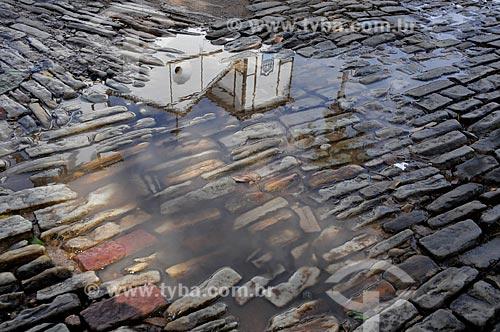 Assunto: Reflexo em espelho dágua da Igreja Matriz de Nossa Senhora do Rosário (1761) - é considerada uma das maiores construções de taipa de pilão do Centro-Oeste / Local: Pirenópolis - Goiás (GO) - Brasil / Data: 05/2012