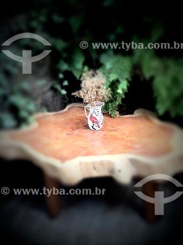 Assunto: Mesa decorada com uma jarra florida - foto feita com IPhone / Local: Mairiporã - São Paulo (SP) - Brasil / Data: 09/2012
