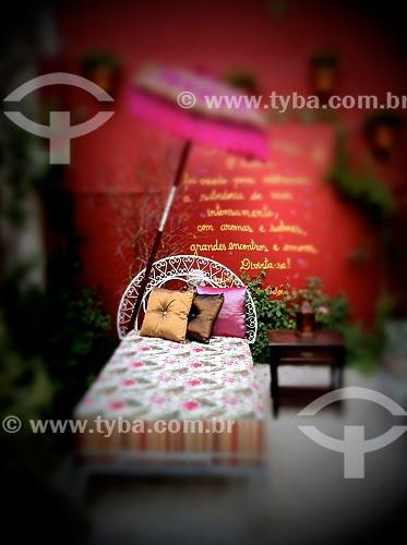 Assunto: Cama no jardim provençal - foto feita com IPhone / Local: São Paulo (SP) - Brasil / Data: 09/2012