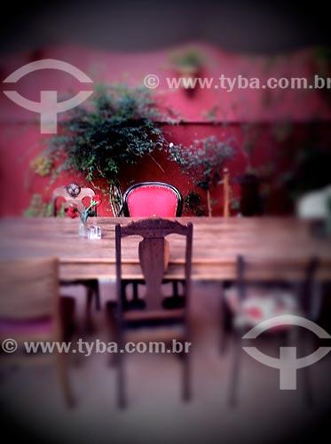 Assunto: Mesa de jantar no jardim provençal - foto feita com IPhone / Local: São Paulo (SP) - Brasil / Data: 09/2012