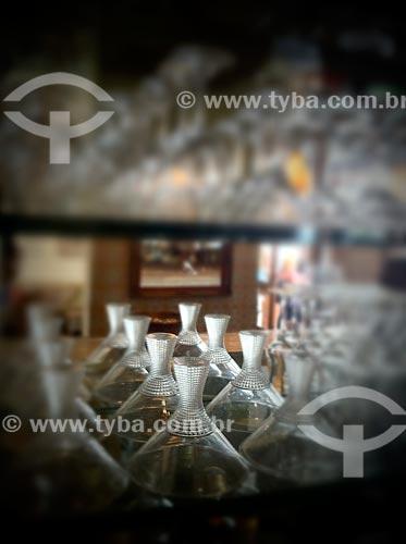 Assunto: Prateleira com taças e quadros - foto feita com IPhone / Local: São Paulo (SP) - Brasil / Data: 09/2012