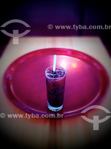 Assunto: Copo com refrigerante em uma bandeja - foto feita com IPhone / Local: Bela Vista - São Paulo (SP) - Brasil / Data: 09/2012