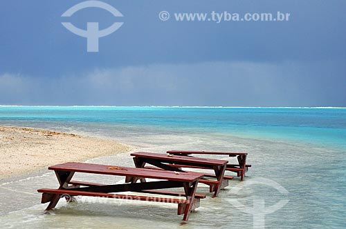 Assunto: Banco de piquenique às margens da praia / Local: Ilha Huahine - Polinésia Francesa - Oceania / Data: 10/2012