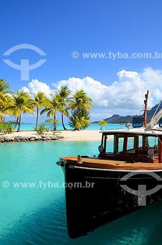 Assunto: Barco atracado em praia / Local: Ilha Bora Bora - Polinésia Francesa - Oceania / Data: 10/2012