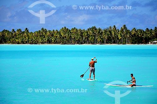 Assunto: Casal praticando o Paddle Surf / Local: Ilha Bora Bora - Polinésia Francesa - Oceania / Data: 10/2012