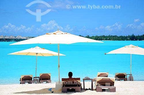 Assunto: Homem sentado em frente à praia / Local: Ilha Bora Bora - Polinésia Francesa - Oceania / Data: 10/2012