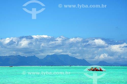 Assunto: Homens em um caiaque com o Monte Otemanu ao fundo / Local: Ilha Bora Bora - Polinésia Francesa - Oceania / Data: 10/2012