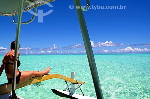 Assunto: Mulher tomando sol em um barco / Local: Ilha Bora Bora - Polinésia Francesa - Oceania / Data: 10/2012