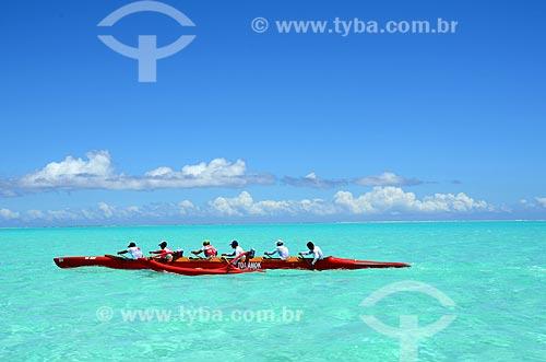 Assunto: Homens em um caiaque / Local: Ilha Bora Bora - Polinésia Francesa - Oceania / Data: 10/2012
