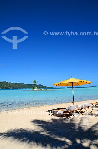 Assunto: Cadeira e barraca de praia com pequena ilha ao fundo / Local: Ilha Bora Bora - Polinésia Francesa - Oceania / Data: 10/2012