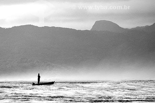 Assunto: Homem de pé em um barco no meio do mar / Local: Ilha Tahaa - Polinésia Francesa - Oceania / Data: 10/2012