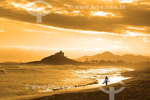 Assunto: Surfista na praia de Itaúna com a Igreja de Nossa Senhora de Nazareth ao fundo / Local: Itaúna - Saquarema - Rio de Janeiro (RJ) - Brasil / Data: 06/2009