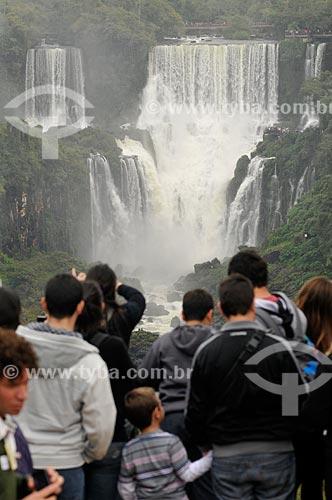 Assunto: Turistas no Parque Nacional do Iguaçu com as Cataratas do Iguaçu ao fundo / Local: Foz do Iguaçu - Paraná (PR) - Brasil / Data: 07/2012