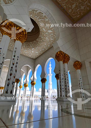 Assunto: Reflexo do céu no mármore da Grande Mesquita de Abu Dhabi - Mesquita Sheik Zayed Bin Sultan Al Nathyan - o fundador do Emirados Arabes Unidos / Local: Abu Dhabi - Emirados Árabes Unidos - Ásia / Data: 03/2012