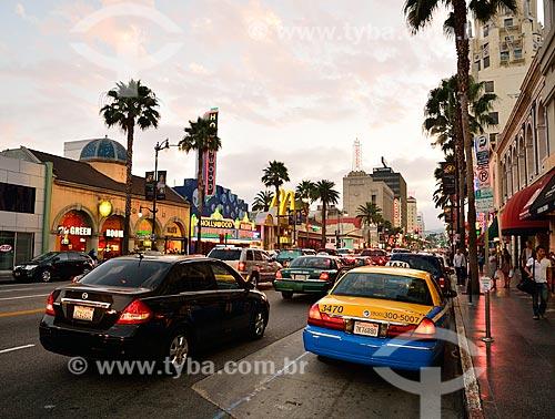 Assunto: Tráfego na Hollywood Boulevard com a calçada da fama à direita / Local: Hollywood - Los Angeles - Califórnia - Estados Unidos da América - EUA / Data: 07/2010