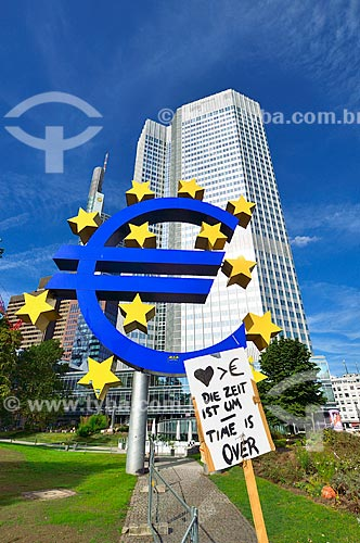 Assunto: Placa de protesto em frente à Eurotower - prédio do Banco Central Europeu / Local: Frankfurt - Alemanha - Europa / Data: 08/2012