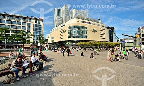 Assunto: Pessoas na Praça Hauptwache com a Galeria Kaufhof ao fundo - famosa loja de departamento alemã / Local: Frankfurt - Alemanha - Europa / Data: 08/2012