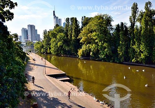 Assunto: Pessoas na ciclovia às margens do Rio Meno / Local: Frankfurt - Alemanha - Europa / Data: 08/2012