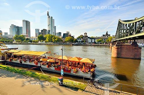 Assunto: Barco com turistas no Rio Meno com a Ponte de Ferro (Eiserner Steg) à direita / Local: Frankfurt - Alemanha - Europa / Data: 08/2012