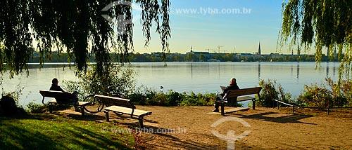 Assunto: Idosos sentados às margens do Lago Alster  / Local: Hamburgo - Alemanha - Europa / Data: 10/2011