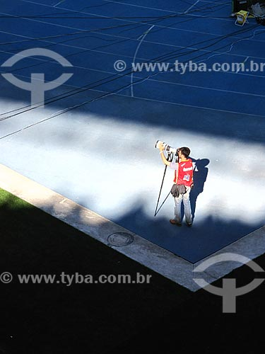Assunto: Fotógrafo trabalhando em jogo de futebol no Estádio Olímpico João Havelange (Engenhão) / Local: Engenho de Dentro - Rio de Janeiro (RJ) - Brasil / Data: 11/2012