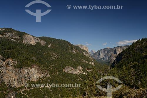 Vista do vale de Yosemite no Parque Nacional de Yosemite norte da Califórnia, EUAVista do , com o El capitan à esquerda e o Half Dome à direita. Montanhas procuradas pela elite dos escaladores mundiais.  - Califórnia - Estados Unidos