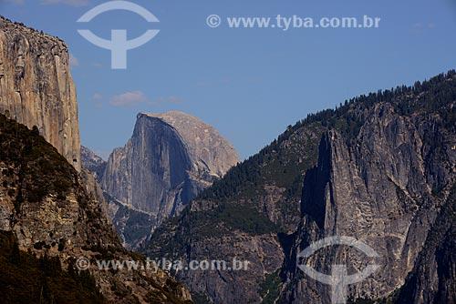 Assunto: Vista do vale de Yosemite com a montanha Half Dome ao fundo, no Parque Nacional de Yosemite / Local: Califórnia - Estados Unidos da América - EUA / Data: 09/2012