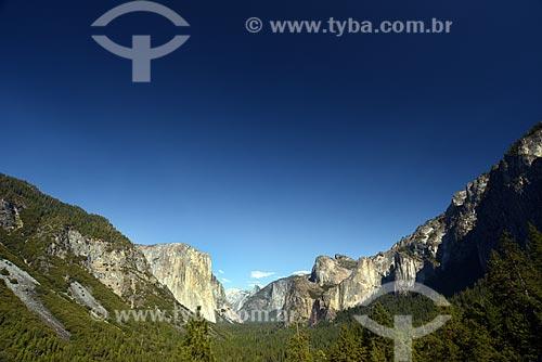 Assunto: Vista do vale de Yosemite com a montanha El Capitan à direita e Half Dome ao fundo, no Parque Nacional de Yosemite / Local: Califórnia - Estados Unidos da América - EUA / Data: 09/2012