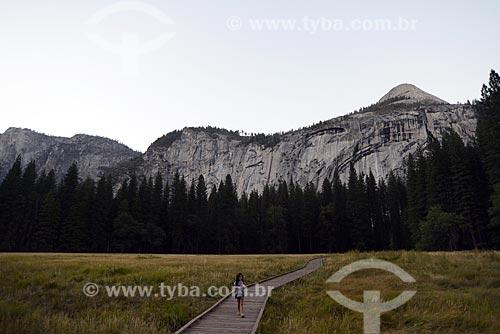 Assunto: Menina em caminho no Parque Nacional de Yosemite / Local: Califórnia - Estados Unidos da América - EUA / Data: 09/2012