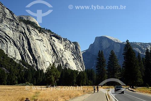 Assunto: Vista de rodovia com a montanha Half Dome ao fundo, no Parque Nacional de Yosemite / Local: Califórnia - Estados Unidos da América - EUA / Data: 09/2012
