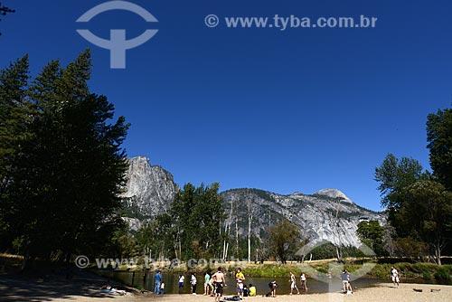 Assunto: Pessoas no rio Merced no Parque Nacional de Yosemite / Local: Califórnia - Estados Unidos da América - EUA / Data: 09/2012