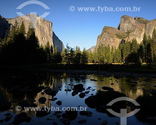 Assunto: Vista do Parque Nacional de Yosemite no norte da Califórnia com monólito El Capitan de granito com aproximadamente 910 metros de altura ao fundo / Local: Califórnia - Estados Unidos da América - EUA / Data: 09/2012
