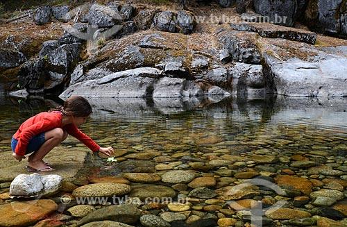 Assunto: Menina no rio do Wawona camping, ao sul do Parque Nacional de Yosemite / Local: Califórnia - Estados Unidos da América - EUA / Data: 09/2012