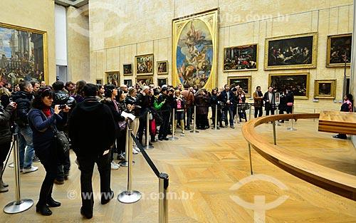 Assunto: Visitantes no Museu do Louvre - em frente ao quadro Mona Lisa (1503) de Leonardo da Vinci / Local: Paris - França - Europa / Data: 02/2012