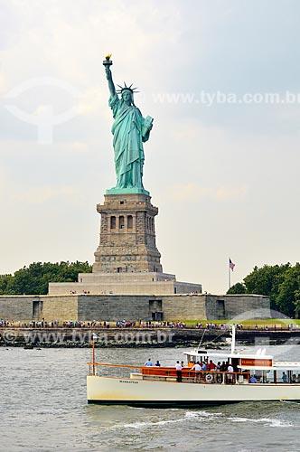 Assunto: Barco com turistas em frente à Estátua da Liberdade (1886) / Local: Nova Iorque - Estados Unidos da América - EUA / Data: 08/2010