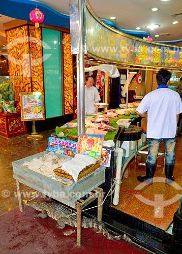 Assunto: Típico restaurante Chinês - os aquários mantêm os peixes ainda vivos para que possam ser consumidos frescos - detalhe para o jacaré embaixo da mesa / Local: Distrito de Xiguan - Guangzhou - China - Ásia / Data: 08/2010