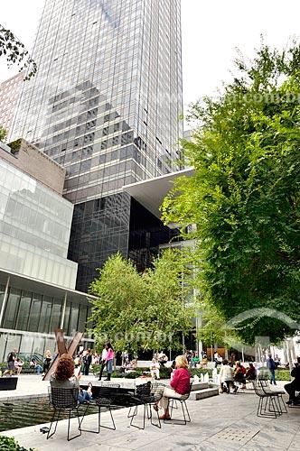 Assunto: Pessoas no Abby Aldrich Rockefeller Sculpture Garden no Museu de Arte Moderna de Nova Iorque / Local: Manhattan - Nova Iorque - Estados Unidos - América do Norte / Data: 09/2010