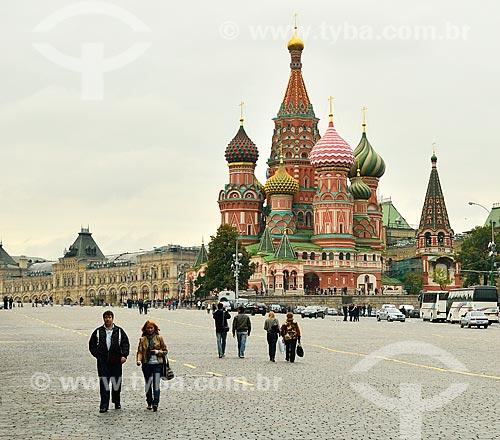 Assunto: Turistas na Praça Vermelha com a Catedral de São Basílio ao fundo / Local: Moscou - Rússia - Europa / Data: 09/2010