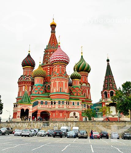 Assunto: Carros estacionados com a Catedral de São Basílio ao fundo / Local: Moscou - Rússia - Europa / Data: 09/2010