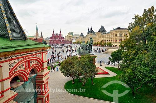 Monumento a Minin e Pozharsky (1818) - a estátua comemora Príncipe Dmitry Pozharsky e Kuzma Minin , que reuniram um exército de voluntários para expulsar forças da Comunidade Polaco-Lituana de Moscou em 1612 - com a Praça Vermelha ao fundo  - Rússia