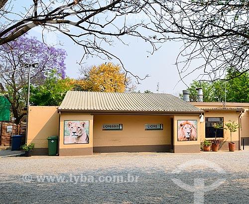 Assunto: Banheiros do Lion Park (Parque do Leão) - detalhe para a distinção de gênero entre leão e leoa / Local: Joanesburgo - África do Sul - África / Data: 09/2010