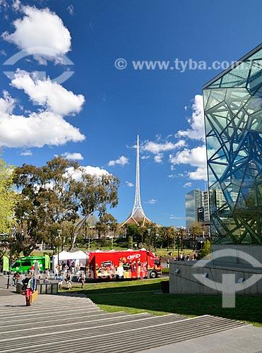 Assunto: Praça da Federação com a torre do Centro de Artes - complexo de teatros e salas de concertos - ao fundo / Local: Melbourne - Austrália - Oceania / Data: 10/2010