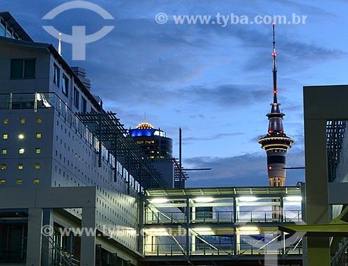 Assunto: Edifícios comerciais com a Sky Tower (Torre do Céu) ao fundo / Local: Auckland - Nova Zelândia - Oceania / Data: 01/2011