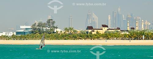 Assunto: Windsurf na Praia de Jumeirah com prédios ao fundo / Local: Jumeirah - Dubai - Emirados Árabes Unidos - Ásia / Data: 02/2011